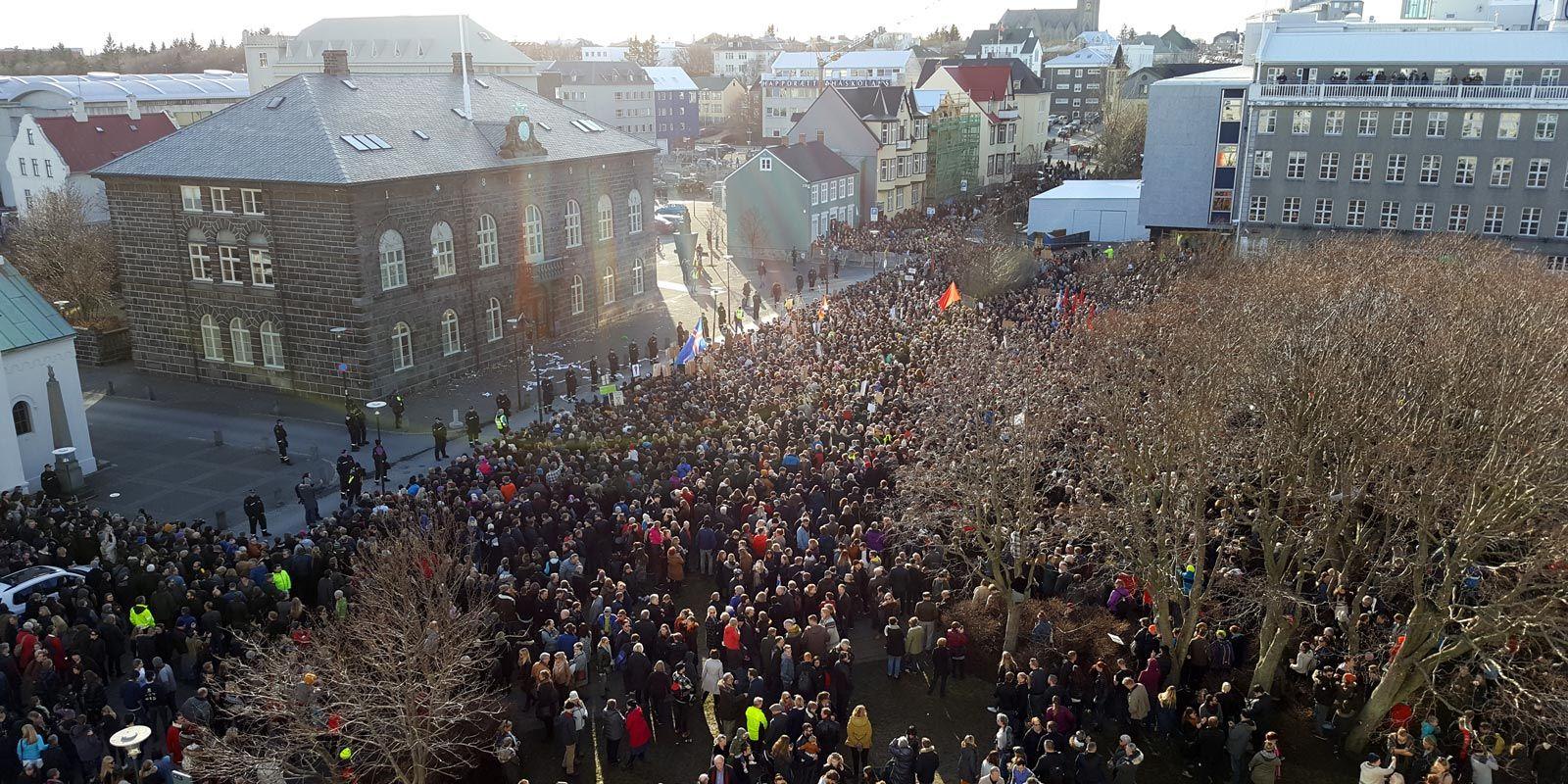 Protesters outside Iceland's parliament in Reykjavik on Monday. Photo: Jóhannes Kr. Kristjánsson / Reykjavik Media