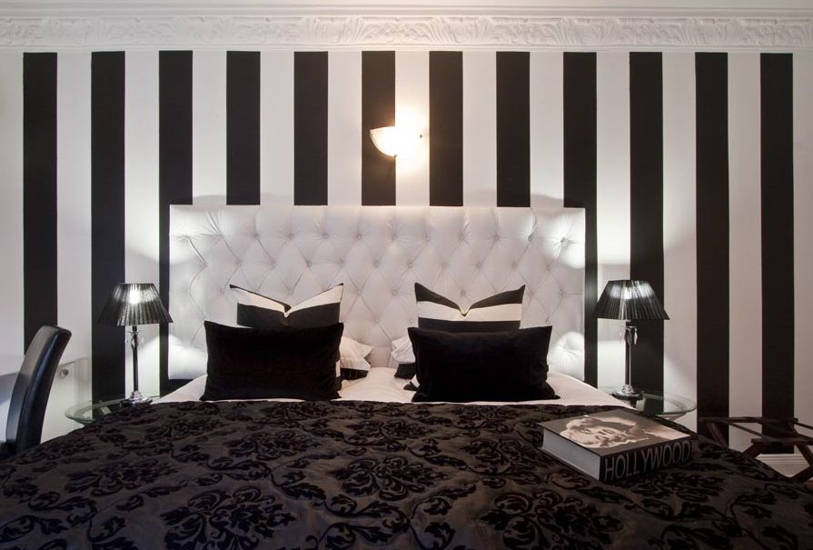 Old hollywood decor on pinterest old hollywood bedroom for Black and white vintage bedroom ideas