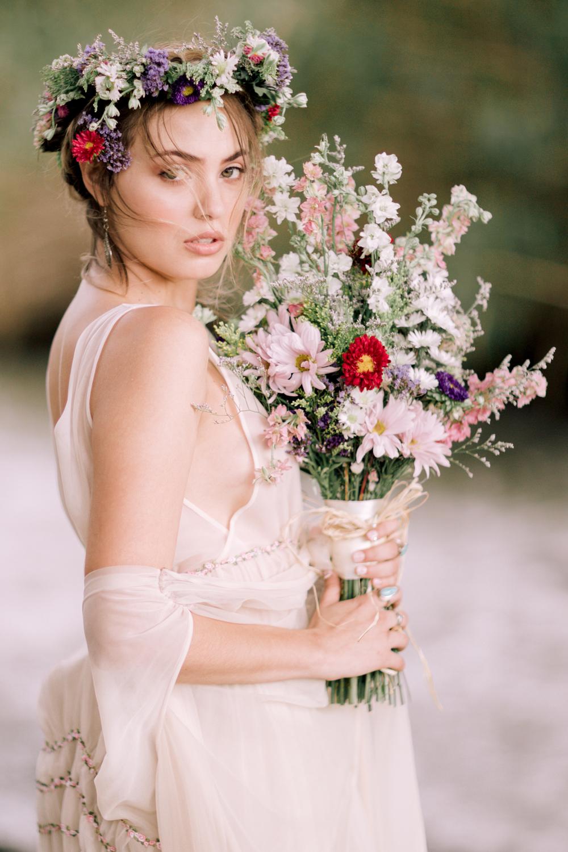 25 Stunning Bridal Portraits Ideas to Satisfy Brides #bridalportraitposes