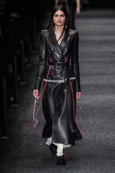 Paris Moda Haftası: Alexander McQueen Sonbahar 2017 - Fotoğraf 1 - InStyle Türkiye