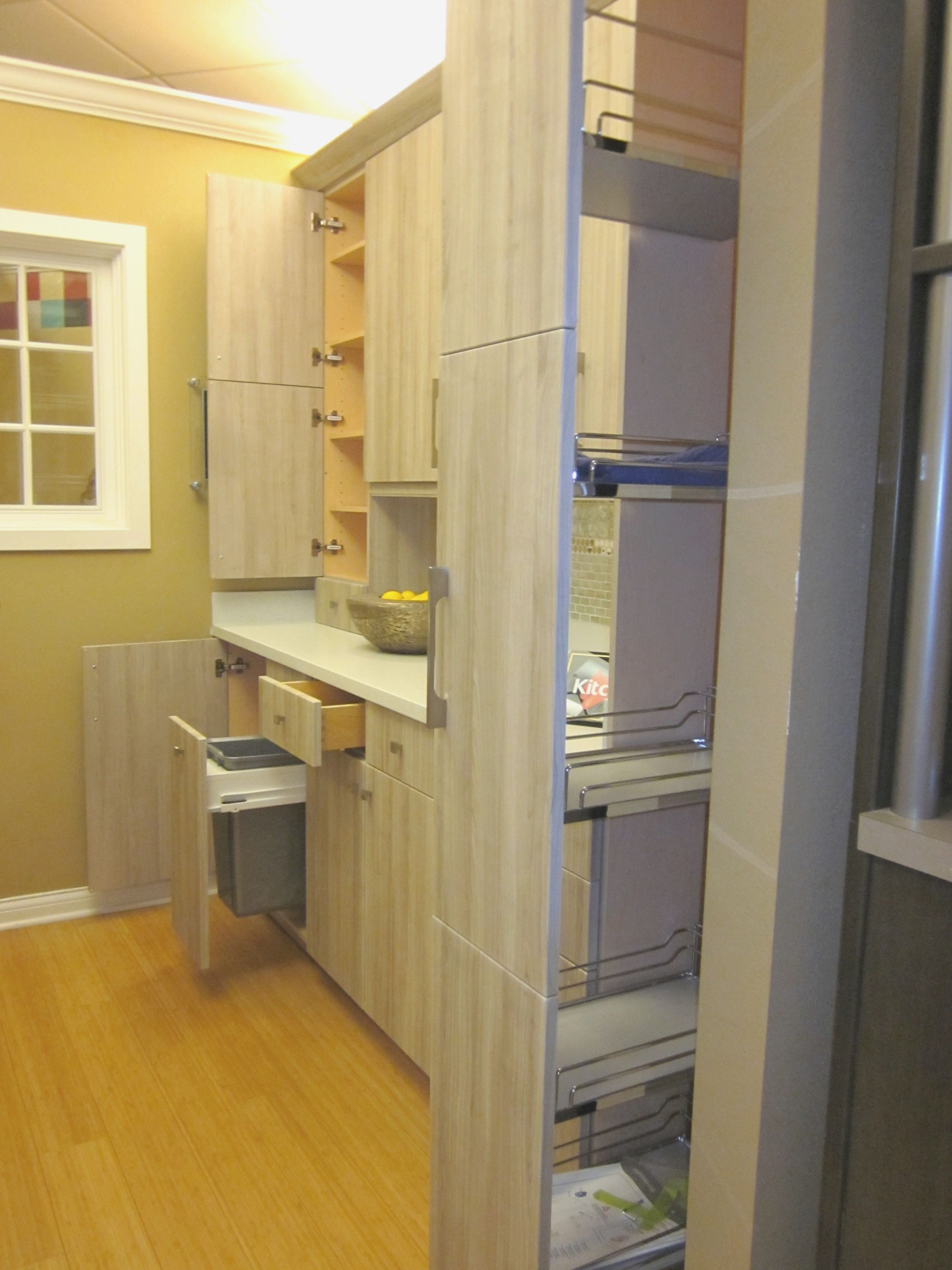 Find Kitchencraft In Janesville Madison As Well As Other Cabinet Companies Has A Great Selection Of Full Pul Kitchen Cabinets Cabinet White Kitchen Cabinets