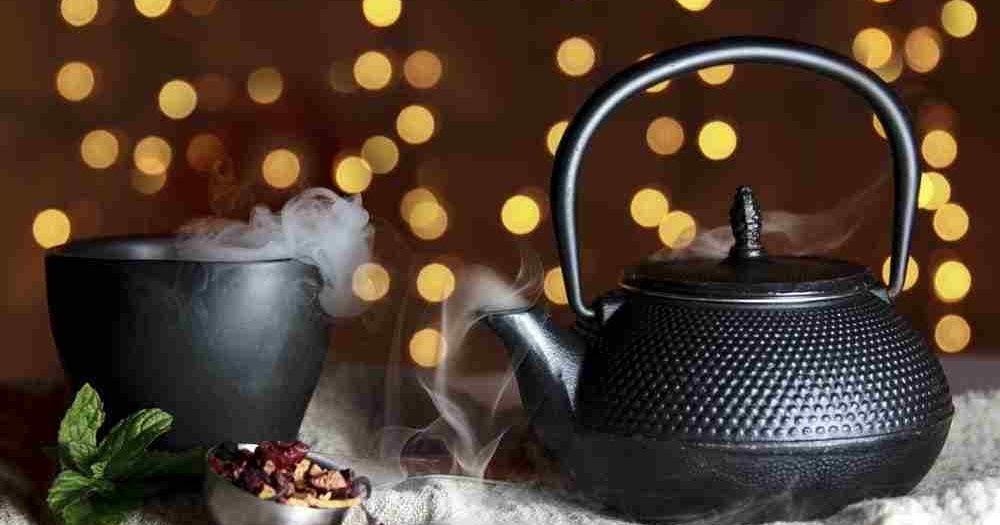 يعتبر الشاي الأسود أحد المشروبات التي يتم إنتاجها من نبات يسمى كاميليا سينينسيس والذي ينتج أيضا الشاي الأبيض وال Black Tea Tea Health Benefits Health Benefits