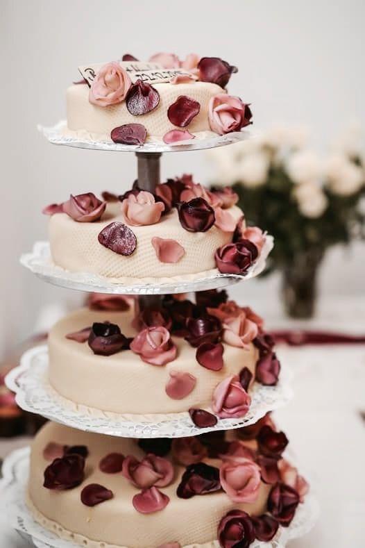 Romantische Hochzeitstorte Mit Fallenden Rosen Aus Marzipan
