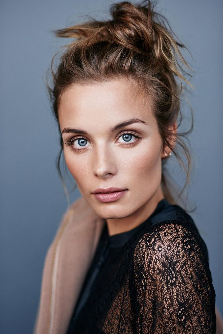 perfect summer bronzed makeup look with natural lip