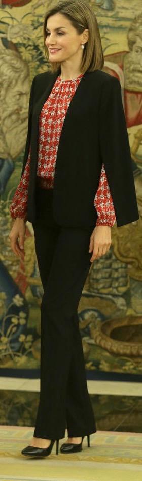 Doña Letizia ha vuelto a elegir la capa de Zara pero ésta vez para presidir su primer acto oficial en solitario de 2016.