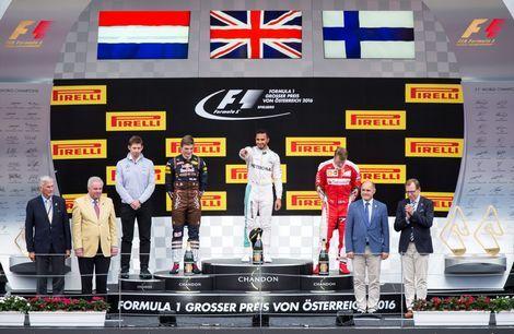 Max Verstappen (l), Lewis Hamilton (m) en Kimi Raikkonen op het podium in Oostenrijk.