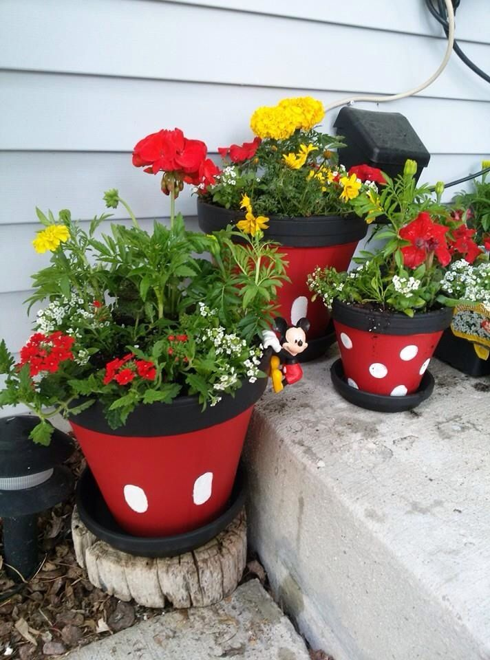 Minnie And Mickey Flower Pots Easy With Terra Cotta Pots And Black Red And White Paint Painted Flower Pots Flower Pots Flower Pots Outdoor