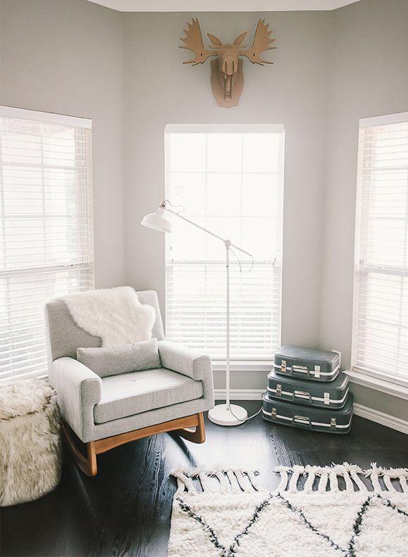 La chambre bébé d\'Hayes | Fauteuil gris, Chambres bébé et Le chambre