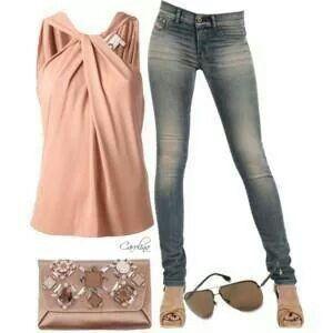 Me encanta la combinación d color y la forma d la blusa