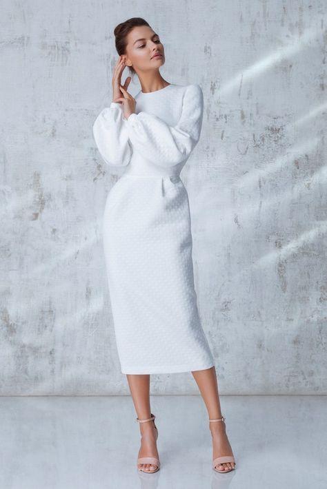52b806ec5f2 Платье длины миди кремового цвета с пышным рукавом