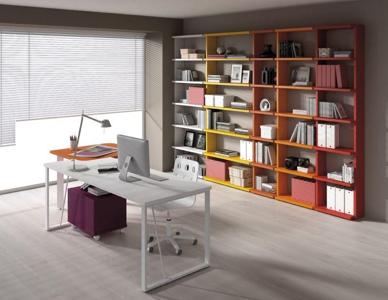 Minimalista y colorido despacho librer a de muebles for Casa minimalista barcelona capital