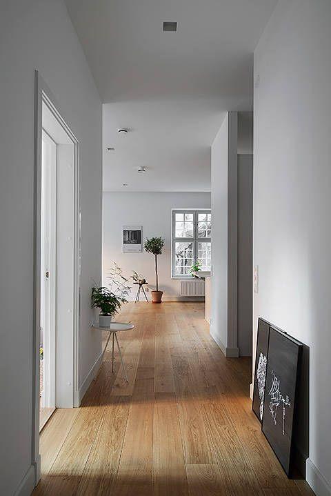 Minimalistyczny Przedpokoj Przedpokoj Styl Nowoczesny Aranzacja I Wystroj Wnetrz House Flooring Home House Interior