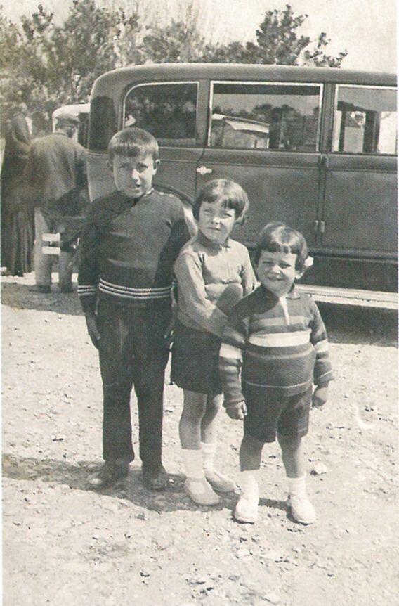 José Cardoso Pires, à esquerda, com os irmãos.
