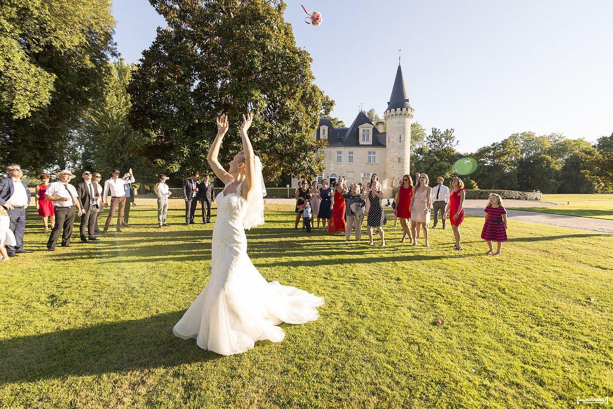 Lancé de bouquet de la mariée au chateau d'Agassac à Ludon-Médoc dans la région bordelaise - Sébastien Huruguen photographe de mariage à Bordeaux