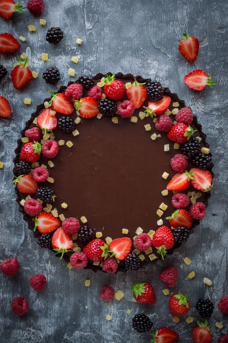 No-bake chocolate tart with stem ginger - an easy vegan chocolate tart with Oreo crust, chocolate ganache and stem ginger. #Kuchen #backen #quickcookies
