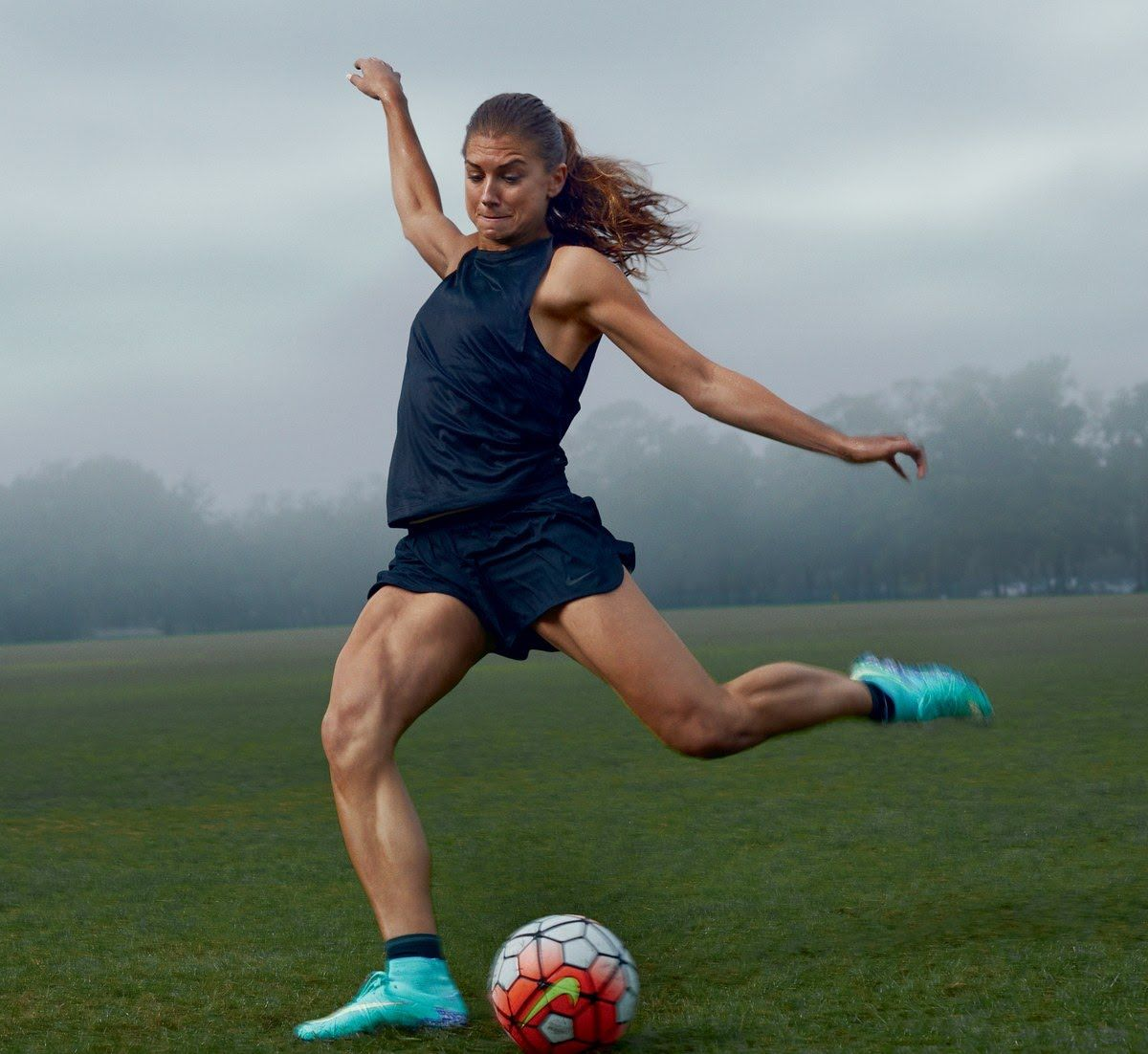 Alex Morgan Member Of The Us Women S Soccer Team Photographed By Annie Leibovitz Vogue April 2016 Womens Soccer Uswnt Soccer Soccer Players