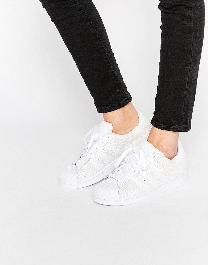 Zapatillas de deporte blancas de cuero efecto serpiente Superstar de adidas  Originals. Zapatillas de deporte de Adidas Cuero texturizado Paneles efecto  ... e99a4819656