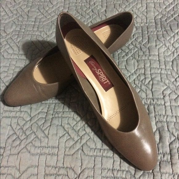 Easy Spirit brown leather low heel flats! Easy Spirit genuine brown leather low heel flats. Size 7 1/2 narrow. In really good condition! Easy Spirit Shoes