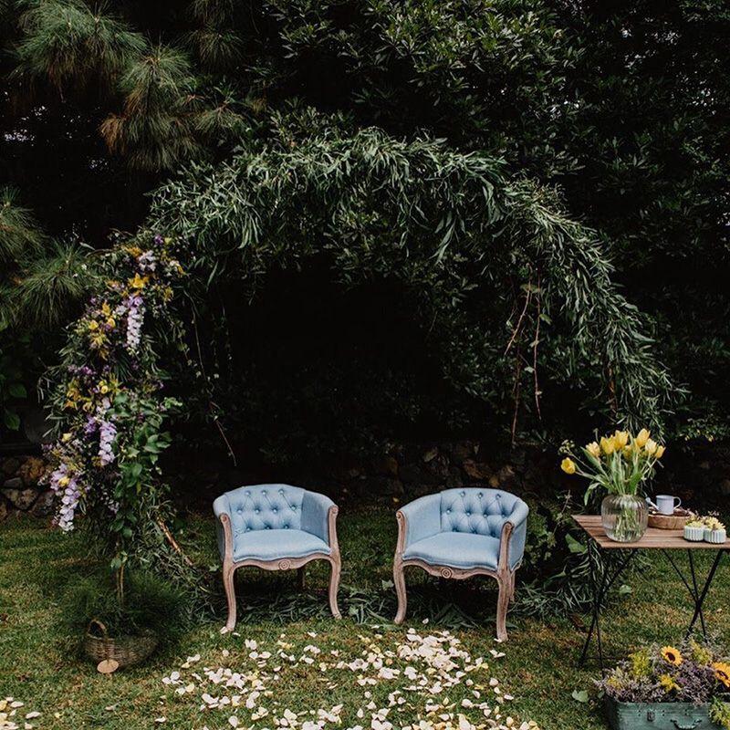 29 decoraciones de ceremonias de bodas al aire libre que nos encantan y te inspirarán.