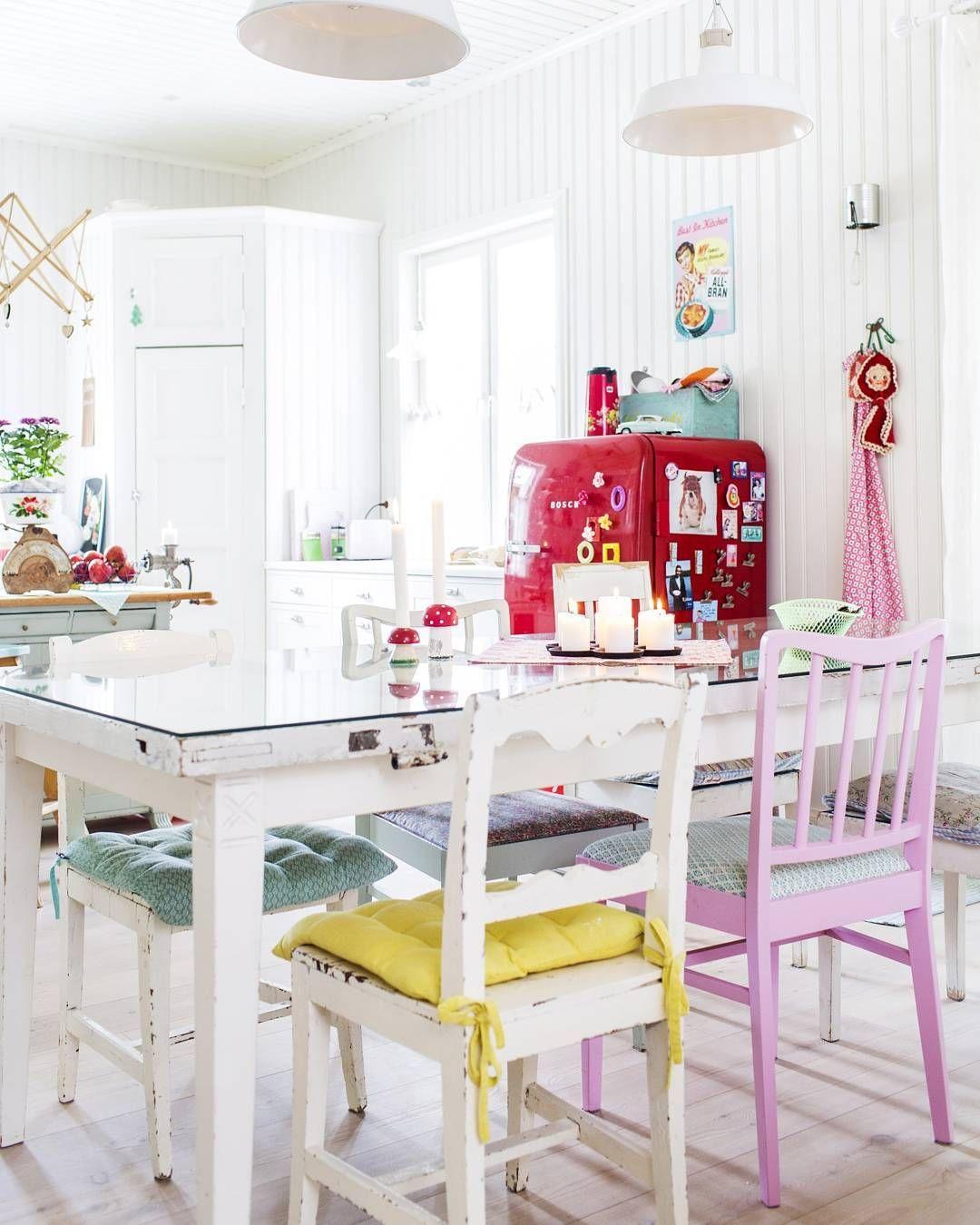 Jäätelövärit sopivat keittiöön! Kuva @hannefox #keittiö #punainenjääkaappi #eriparituolit #maalaisromanttinen #pöytäovesta #kierrätys #pastellivärit #unelmientalojakoti #suomeniloisinsisustuslehti