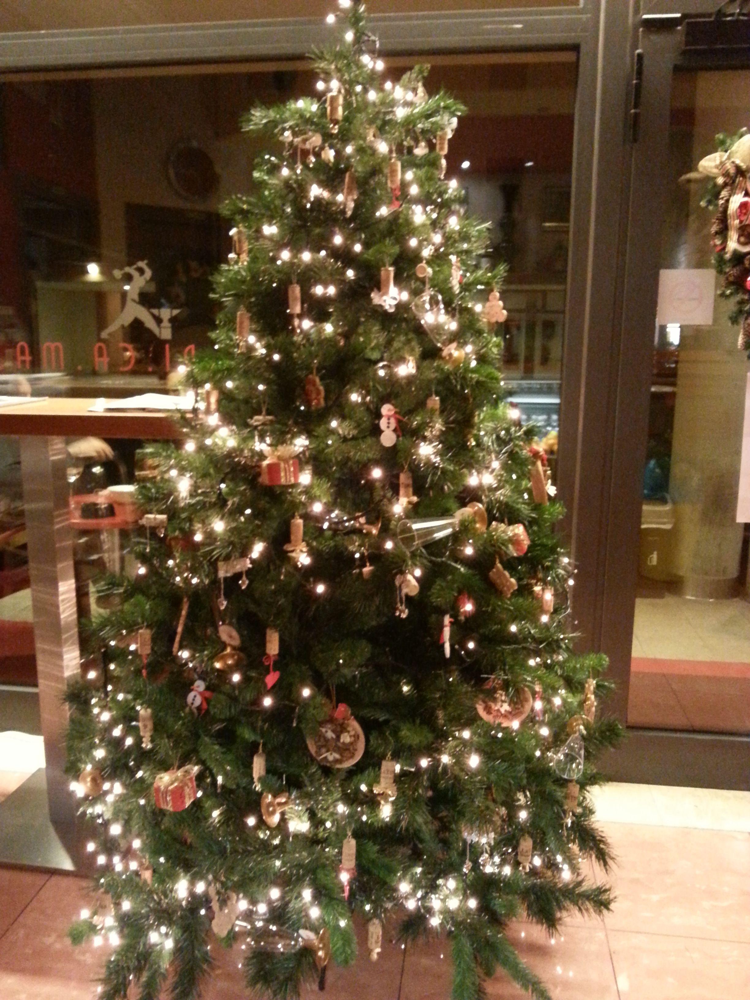 Alberi Di Natale Addobbati Foto.Albero Di Natale Addobbato Con I Tappi Di Sughero Di Donata