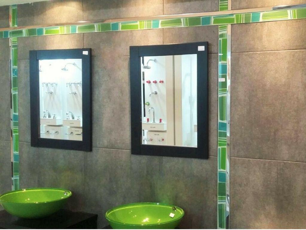 Pared decorada con guardas de vidrio decoradas y bachas en for Revestimiento de banos con guardas