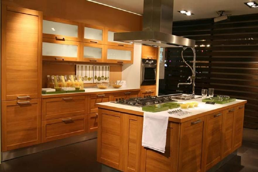 Wood kitchen cabinets and kitchen design central island for Solid wood kitchen cabinets