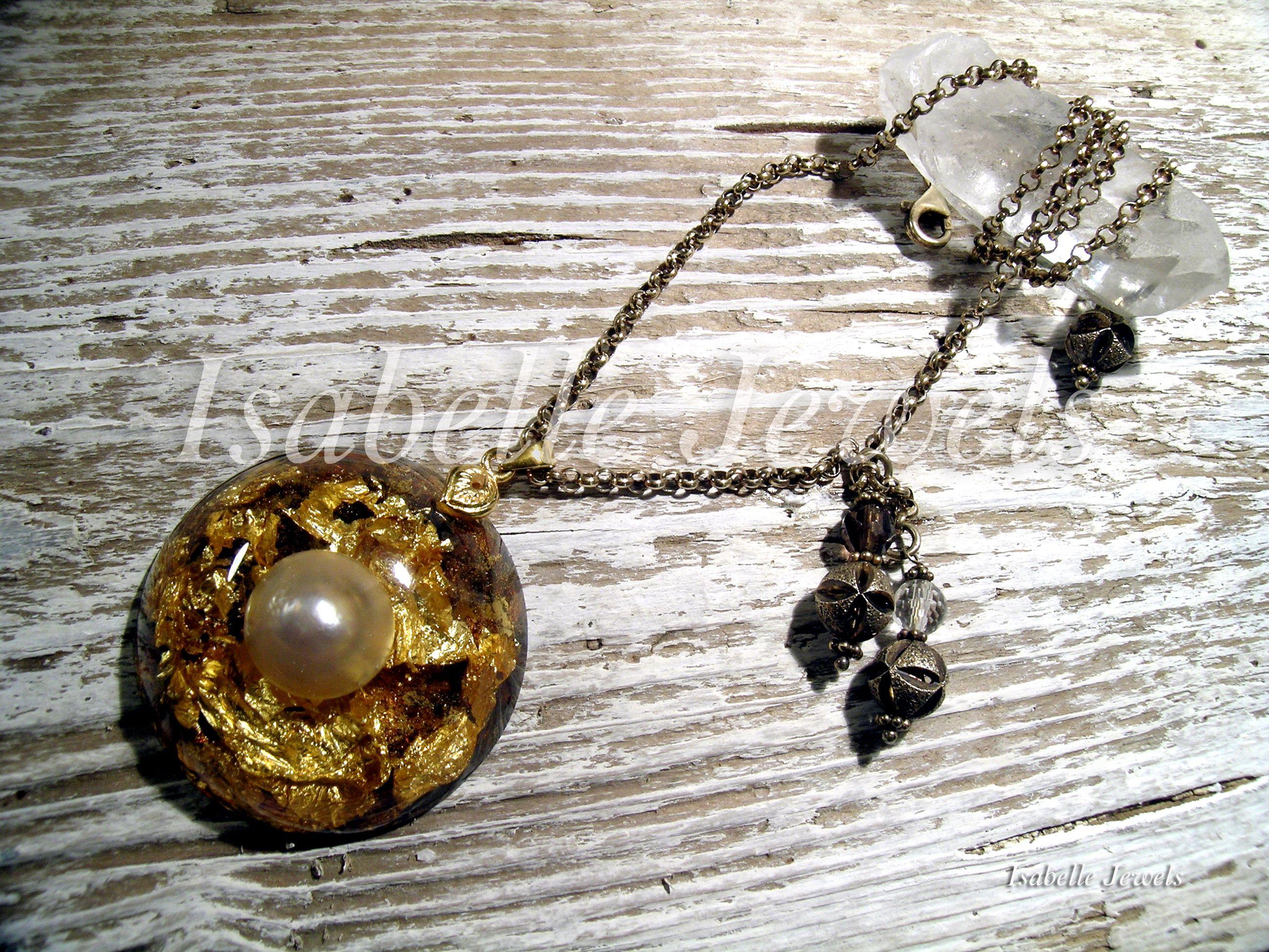 isabellejewels.com Collana realizzata in resina con inclusione di una perla mabe' , foglia oro 22 carati. Montatura in argento dorato, cristallo di rocca, #necklace #jewels #jewelry #art #artist #artwork #design #perarls #fashion #look #sterling #silver