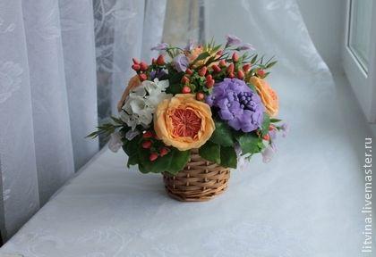Садовые розы с гортензией .. Букет из холодного фарфора , ручной работы . В составе букета : пять английских роз, душистый горошек ,гортензия белая и фиолетовая , гиперикум .   В отличии от букета живых цветов , никогда не завянет и будет радовать вас…