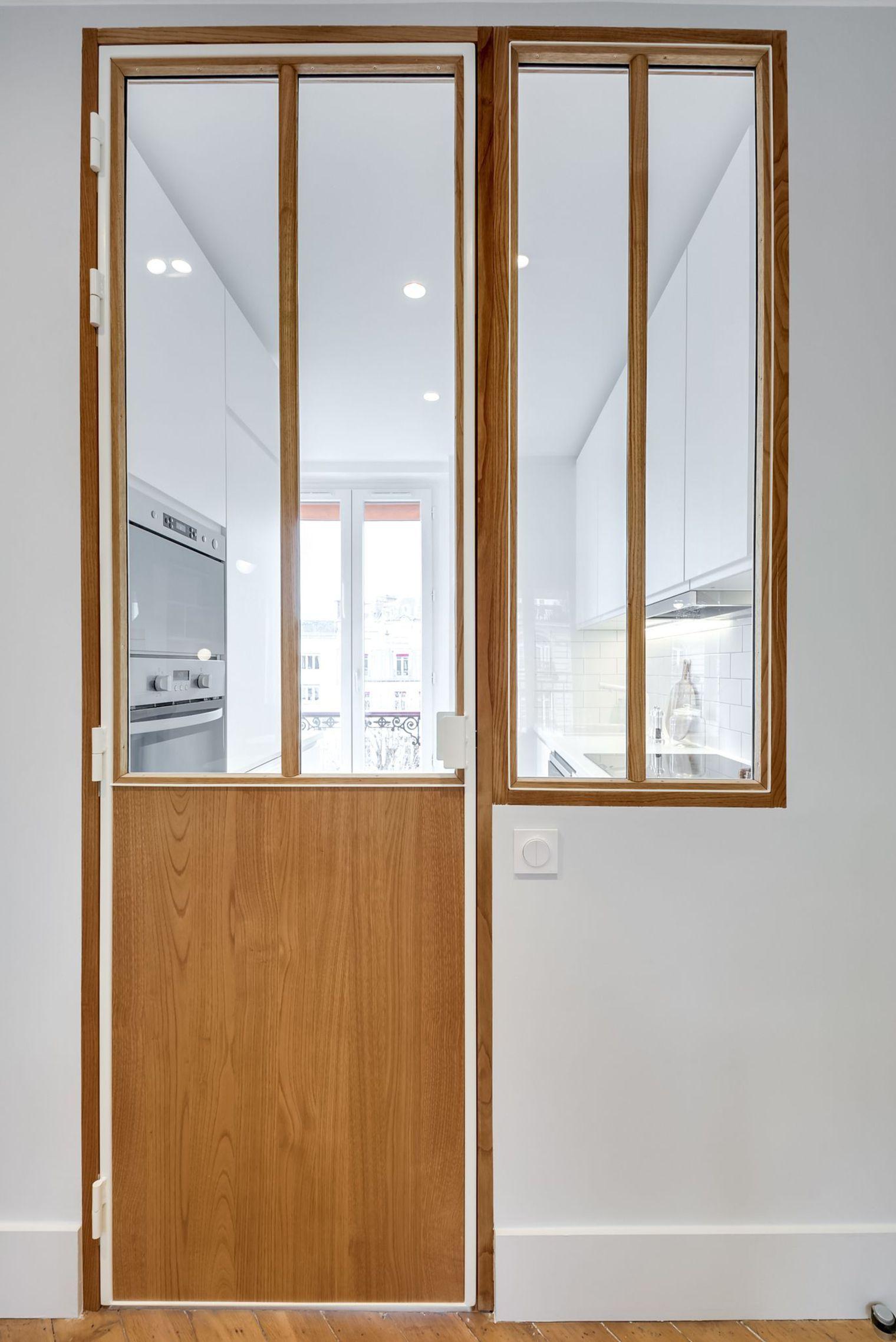 Decoration Porte Interieur Baguette cette verrière soulignée de blanc comporte une porte en bois