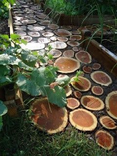 Using Wood As Stepping Stones In Your Garden Inexpensive And Natural Materials Especially Like In The Case Of Jen An Garden Paths Diy Garden Outdoor Gardens