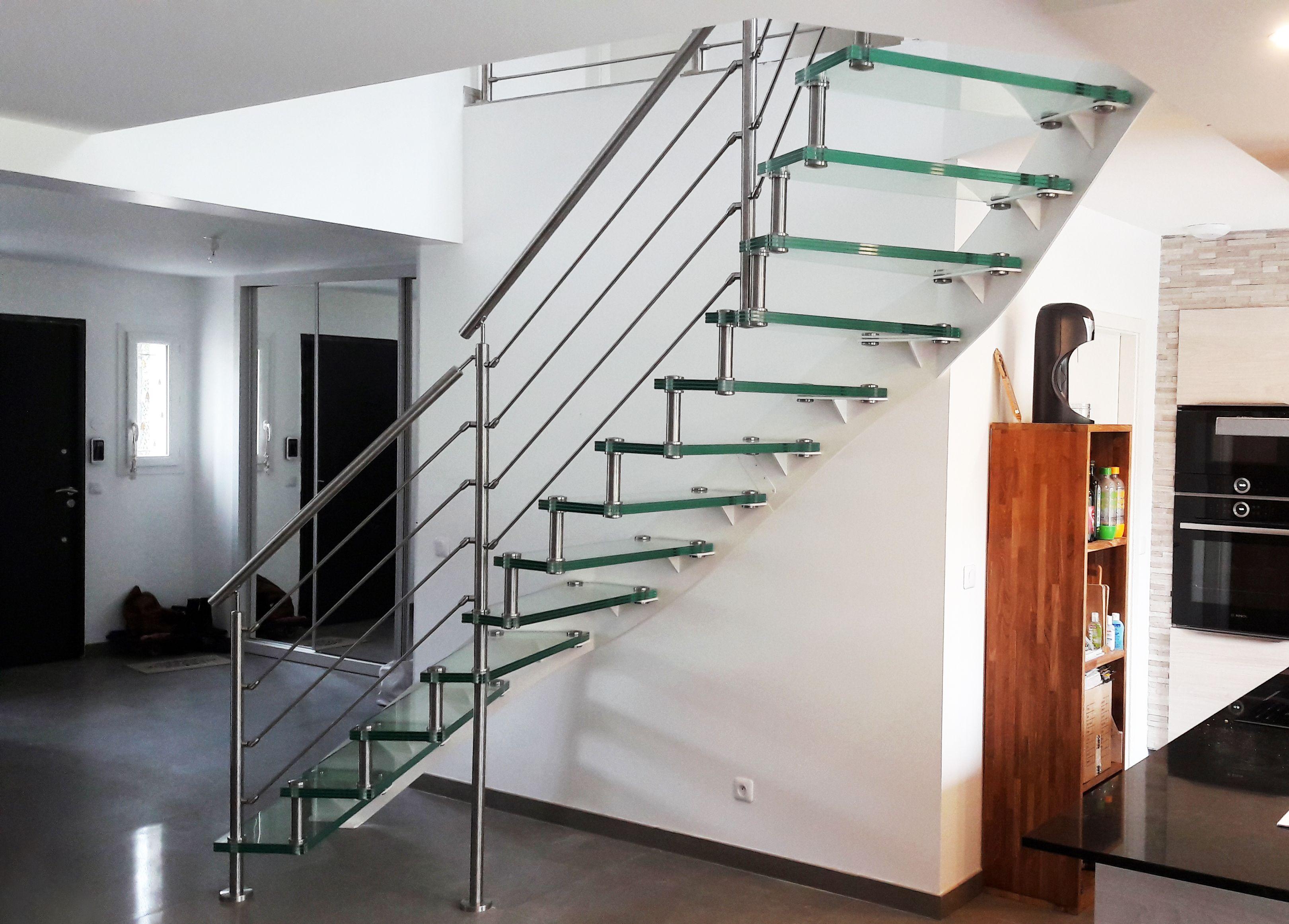 Escalier en verre et en métal design et moderne. Escalier avec ...