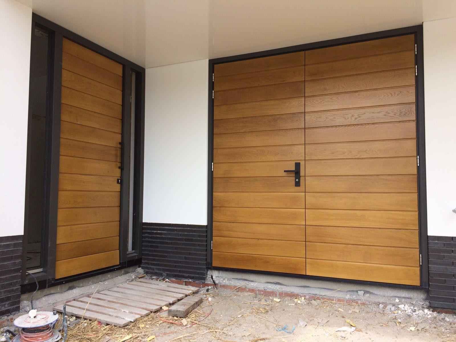 Project houten openslaande garagedeur met bijpassende voordeur