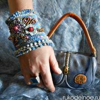 Вязаный браслет, расшитый бисером и бусинами