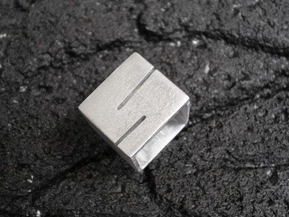He encontrado este interesante anuncio de Etsy en https://www.etsy.com/es/listing/233510068/anello-donna-anello-fascia-quadra-inciso