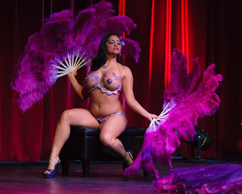 Iris le 39 mour burlesque gifs and more for Burlesque bedroom ideas