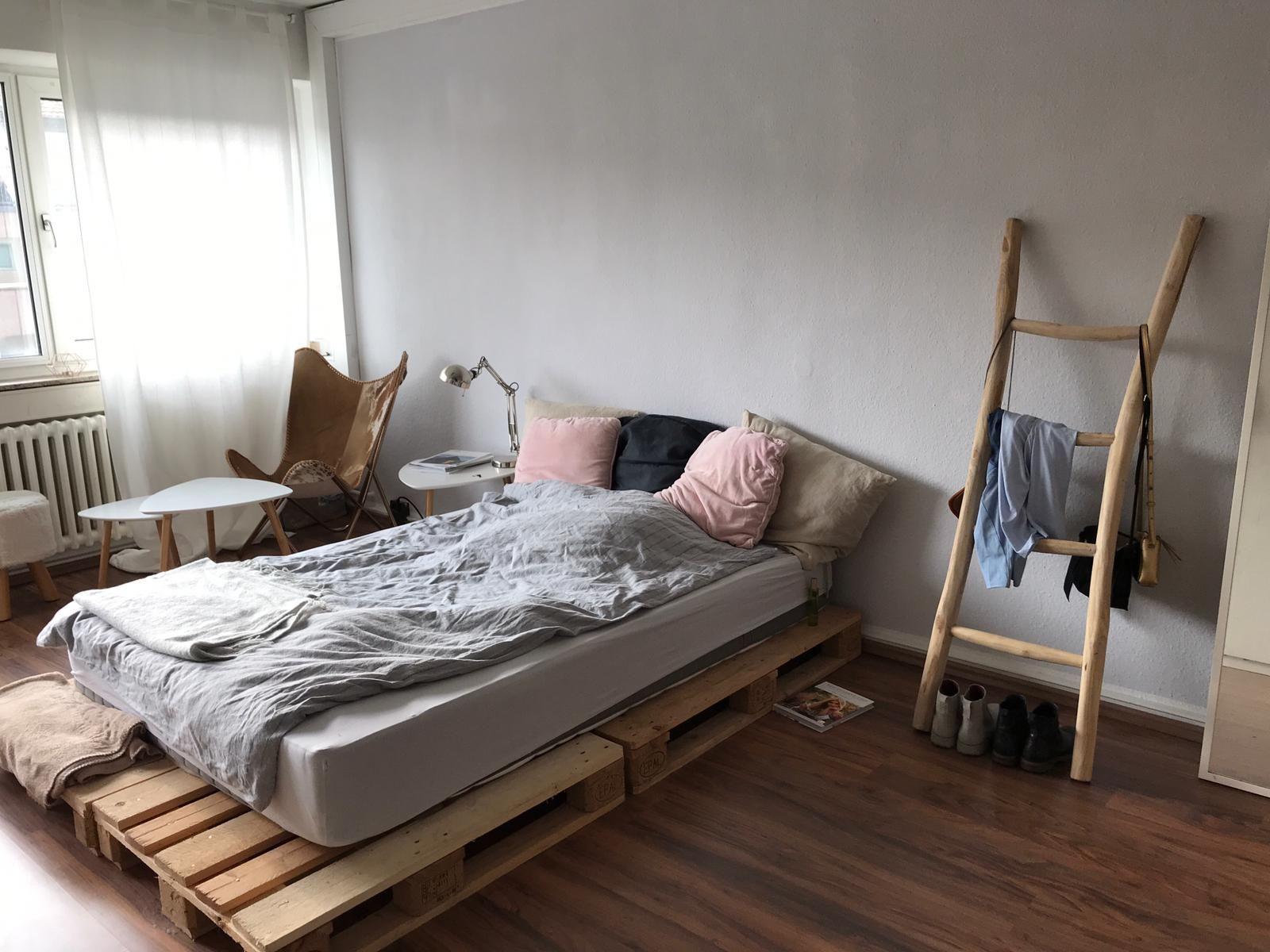 Die Einfachste Form Des Palettenbettes Einfach Zwei Paletten Eine Matratze Und Fertig Palettenbett Bett Wgzimmer Palettenbett Europaletten Bett Bett