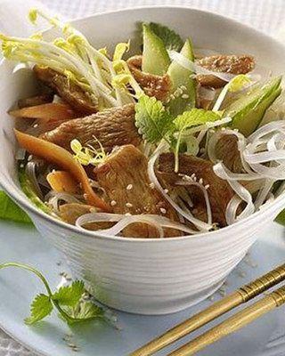Hähnchen-Glasnudel-Salat mit Gurke und Sprossen