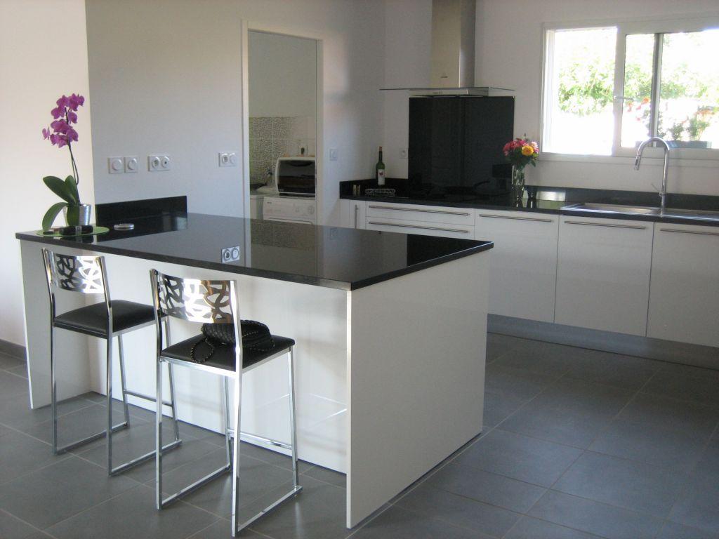 cuisine avec jambage blanc et plan de travail fonc id es pinterest plans travaux et cuisines. Black Bedroom Furniture Sets. Home Design Ideas