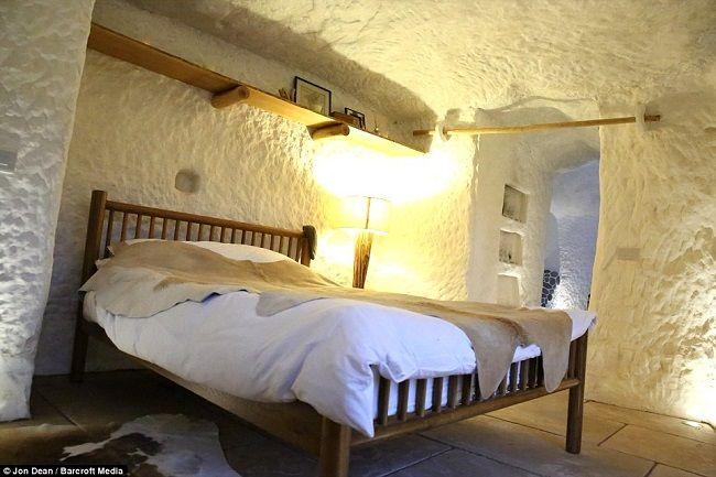 Chambre à coucher cosy dans le grotte ©Dailymail Chambres à