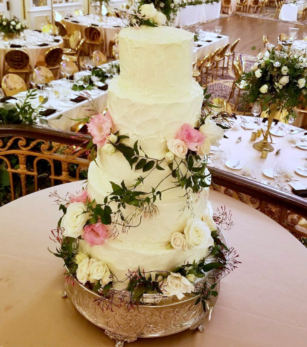 Sweet and classic wedding cake florals with organic vine artistic