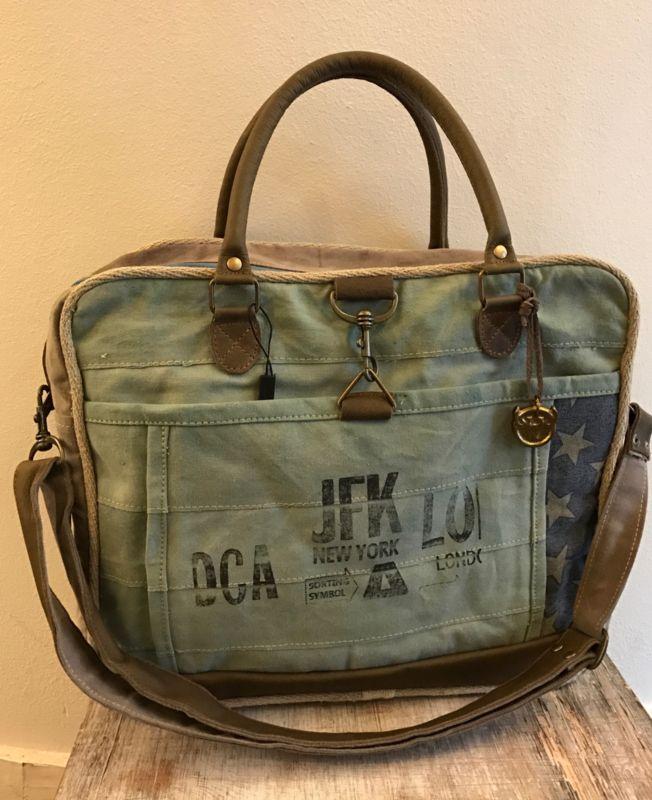 Mooie stoere ruime canvas tas met verstelbare schouderband De tas heeft een  voorvak met clip sluiting 0301fb2996