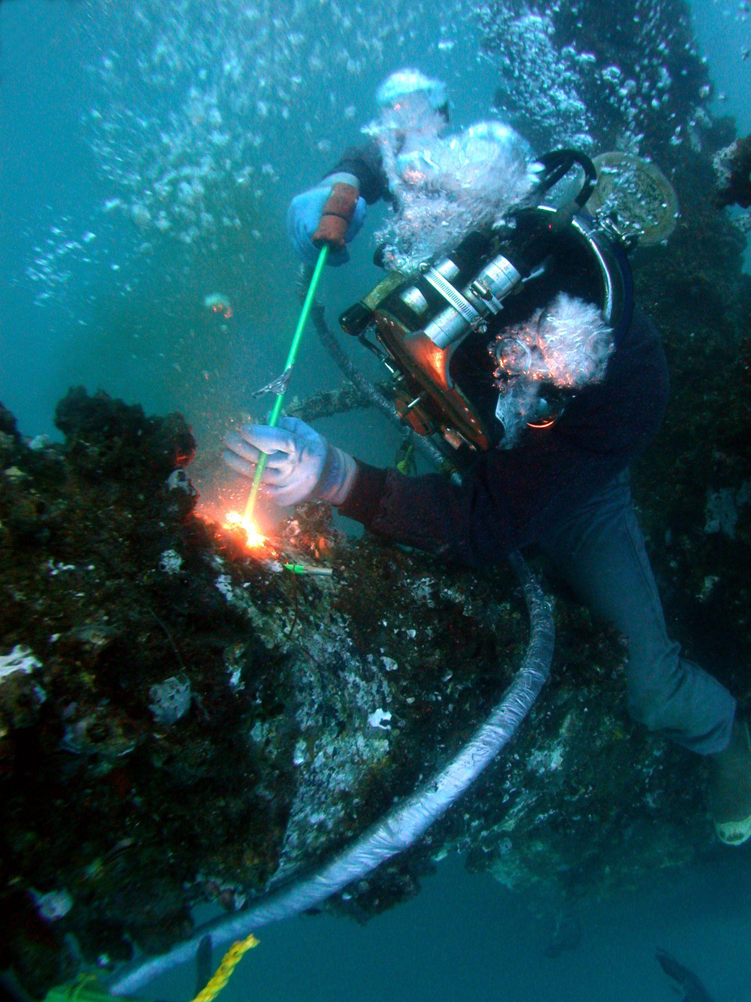 Uw Burning1 Jpg 1 536 2 048 Pixels Underwater Welding Underwater Welder Underwater Photography