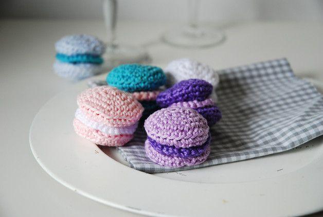 Hier kannst du sechs Macarons von mir kaufen, bestehend aus verschiedenen Farben in weiß, rosa, flieder, lila und hellblau.  Natürlich kannst du deine Macarons auch individuell zusammenstellen....
