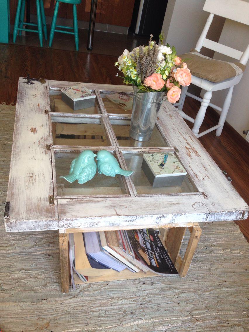 Puerta antigua transformada en mesa con cajones de fruta - Mesas con puertas ...