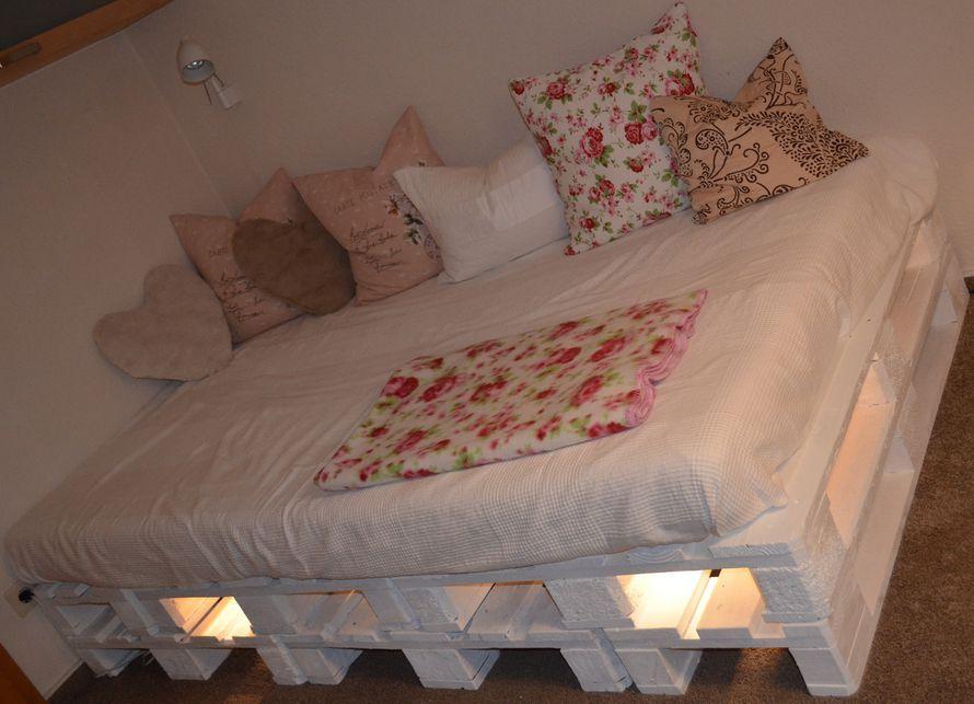 toom kreativwerkstatt palettenbett palettenlandschaft mit lichtleiste loft pinterest. Black Bedroom Furniture Sets. Home Design Ideas