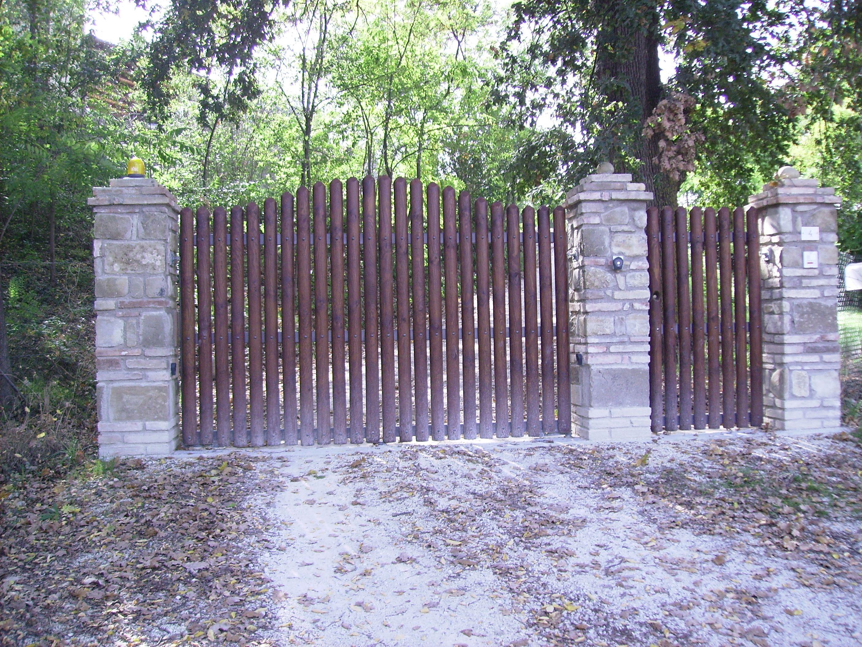 Cancello a doghe in legno verticali design artigianale - Cancelli in legno per giardino ...