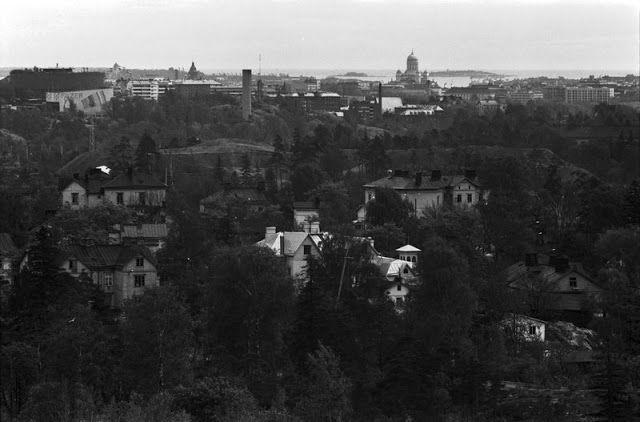 Näkymä Ilmalan vesitornista eteläkaakkoon. Etualalla Länsi-Pasilan puutaloja. Keskellä vasemmalla Linnanmäki. Taustalla Uspenskin katedraali ja Tuomiokirkko. 1974