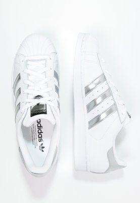 Adidas Originals Superstar Sneaker Low White Silver Metallic Core Black Zalando De Sapatos Adidas Sapatilhas Adidas Sapatos