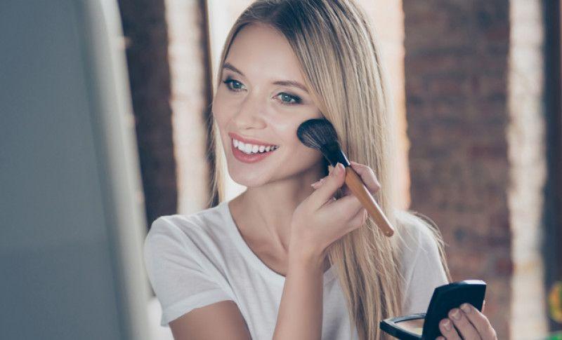 El verano trae el calor y con él sudor y los brillos en la cara. Aprende a maquillarte cuando hace calor para evitar la piel grasa y que el maquillaje te dure más. Te contamos cómo maquillarse cuando hace calor y cómo conseguir un maquillaje de verano perfecto y a la última.